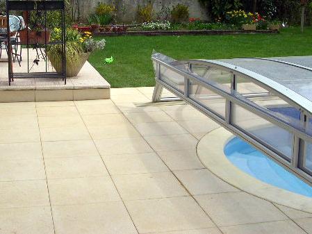 Pose de dalles autour d'une piscine