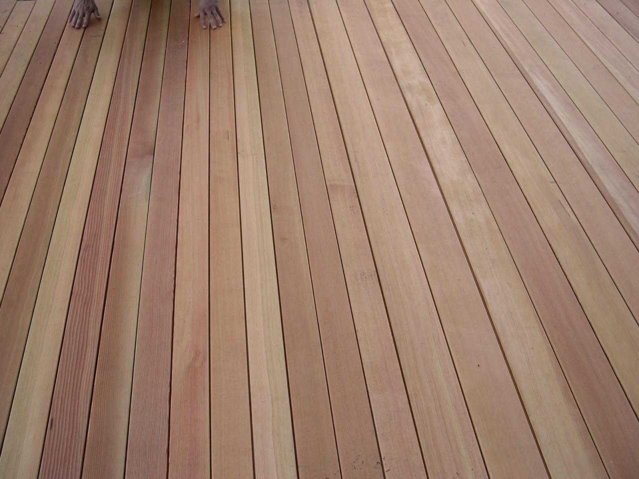 Terrasse en bois composée de lames en pin d'Orégon
