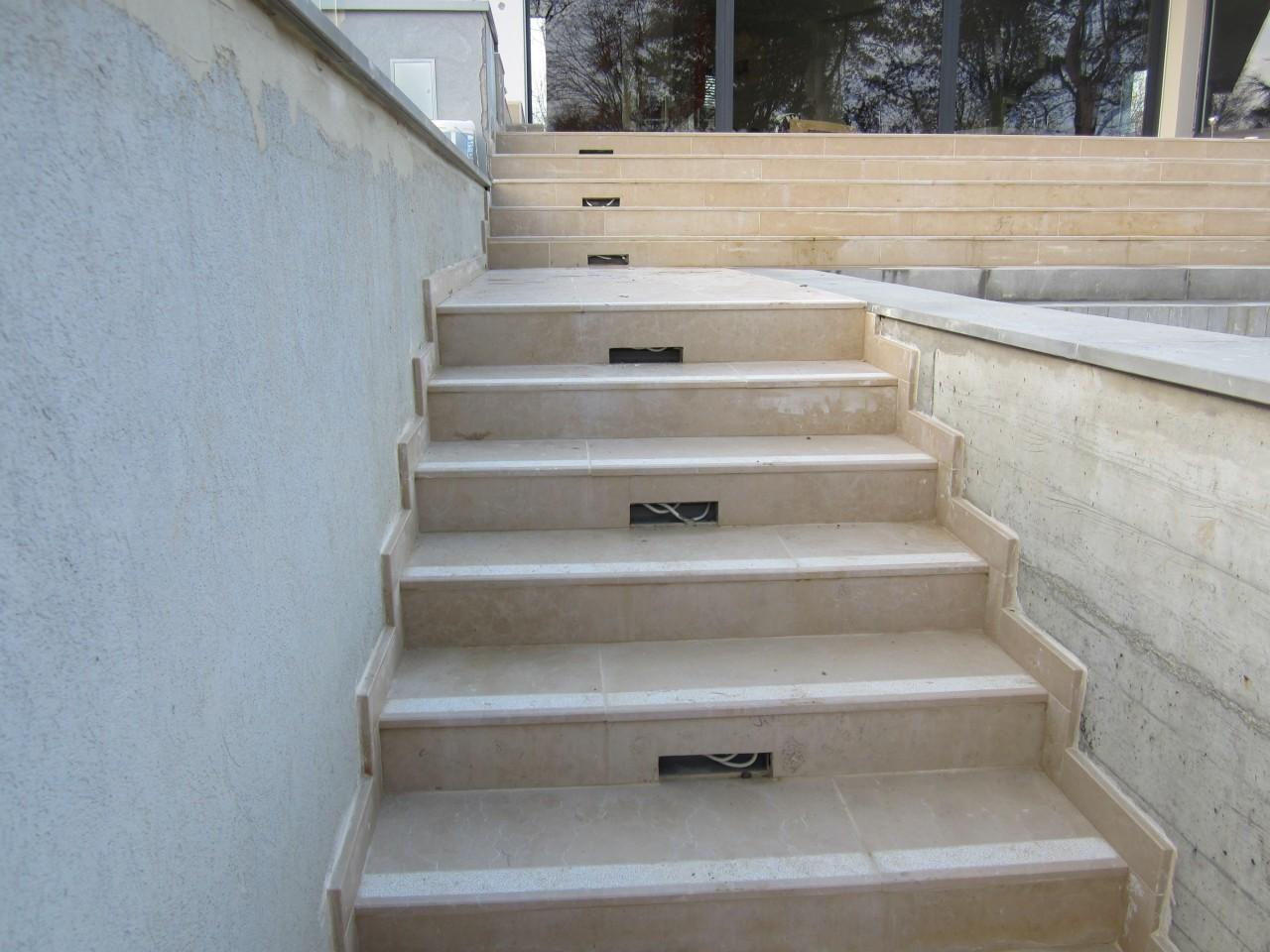 Contre marches calcaires avec découpe pour luminaires